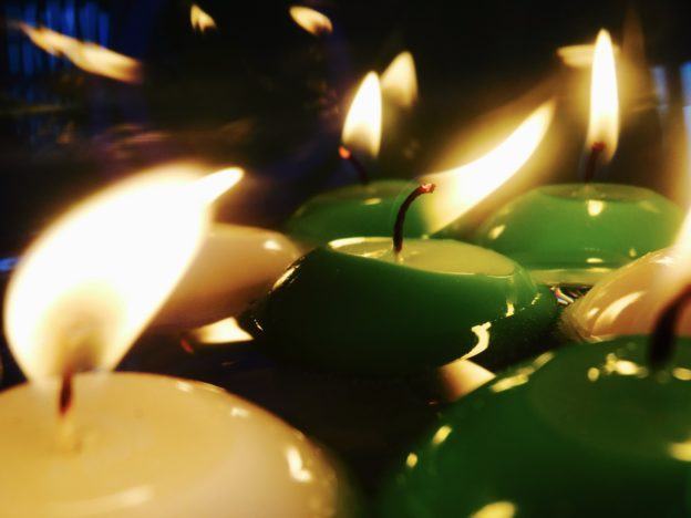 Víte, co znamená barva svíčky?